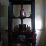 Grace à cette machine, on s'apare le cacao du beurre de cacao (qui coule dans la bassine en dessous) pour en faire des cosmétiques