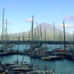 Au fond, le mont Pico sur l'ile de Pico, le plus haut sommet des Açores (2300m). Gaspard a dormi la-haut pour voir le coucher et le lever du soleil.